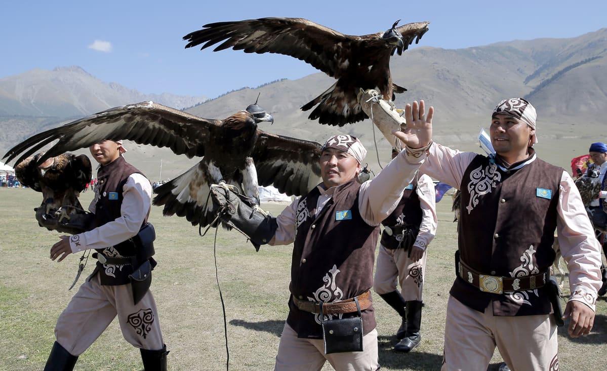 Joukkueet 66 maasta kilpailevat kotkametsästyksessä 4. syyskuuta Kirgisiassa.