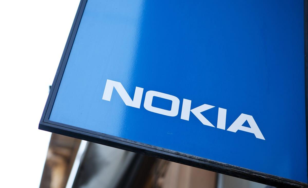Nokian logo myymälän edustalla Helsingissä.