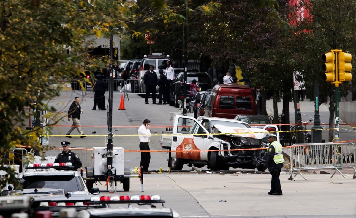 Tutkijoita New Yorkin lokakuun viimeisen päivän terrori-iskun tekopaikalla.