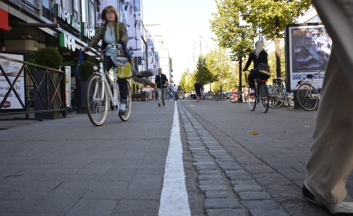 Pyöräilijöitä ja jalankulkijoita Lahden Aleksanterinkadulla.