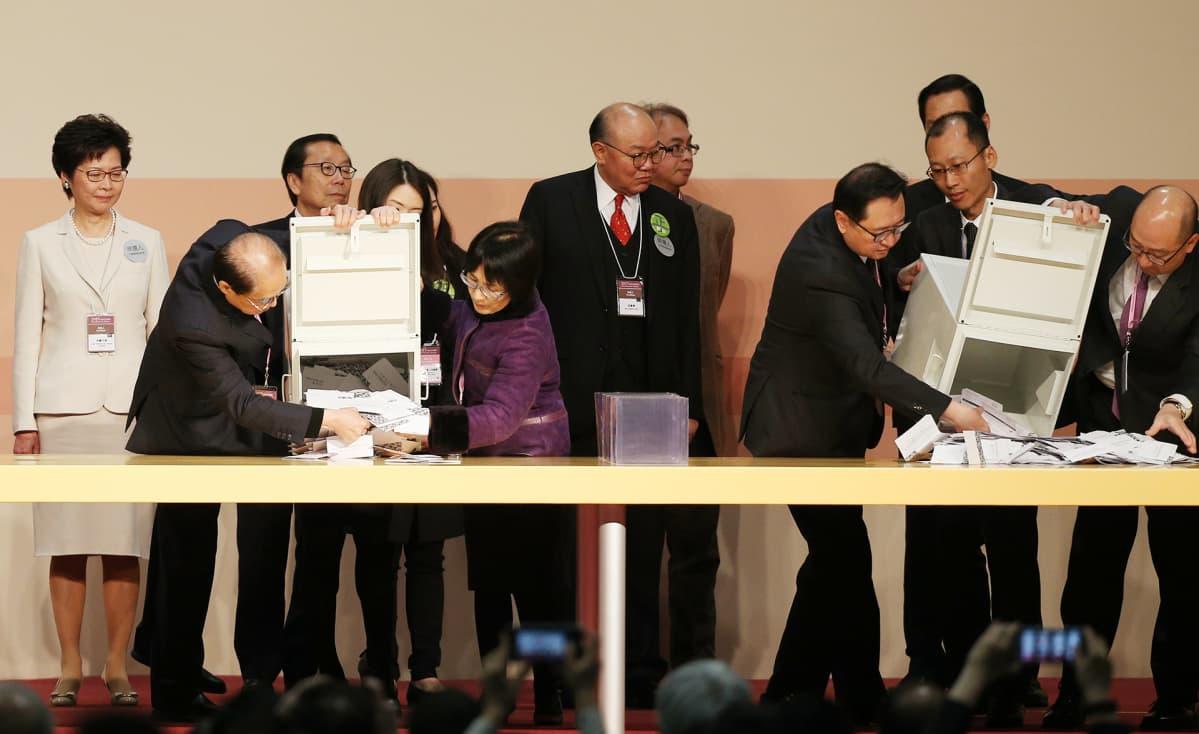 Carrie Lam (kuvassa vasemmalla) seurasi ääntenlaskentaa Hong Kongissa 26. maaliskuuta.