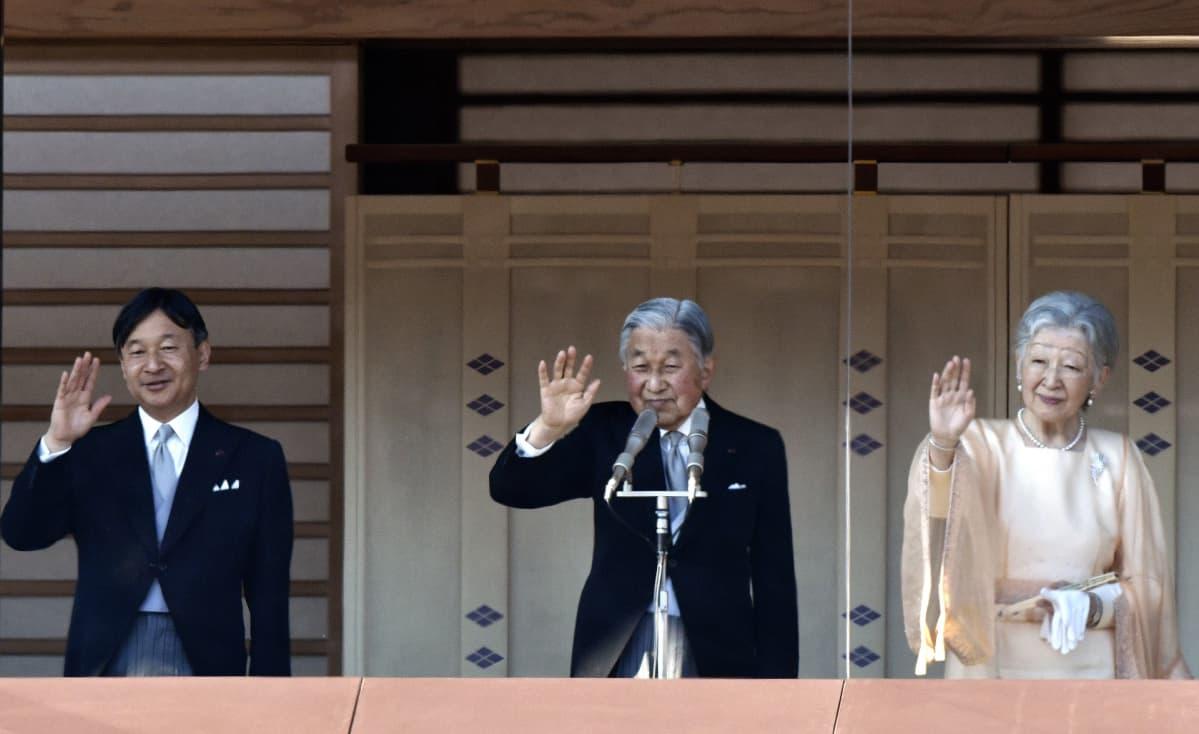Japanin keisari Akihito (kesk.), keisarinna Michiko (oik.) ja kruununprinssi Naruhito tervehtivät yleisöä Tokion keisarillisessa palatsissa 23.12.2017.