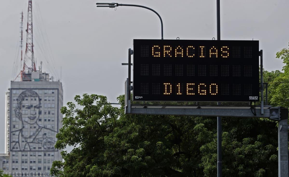 """""""Kiitos Diego"""", luki valotaulussa Buenos Airesissa."""