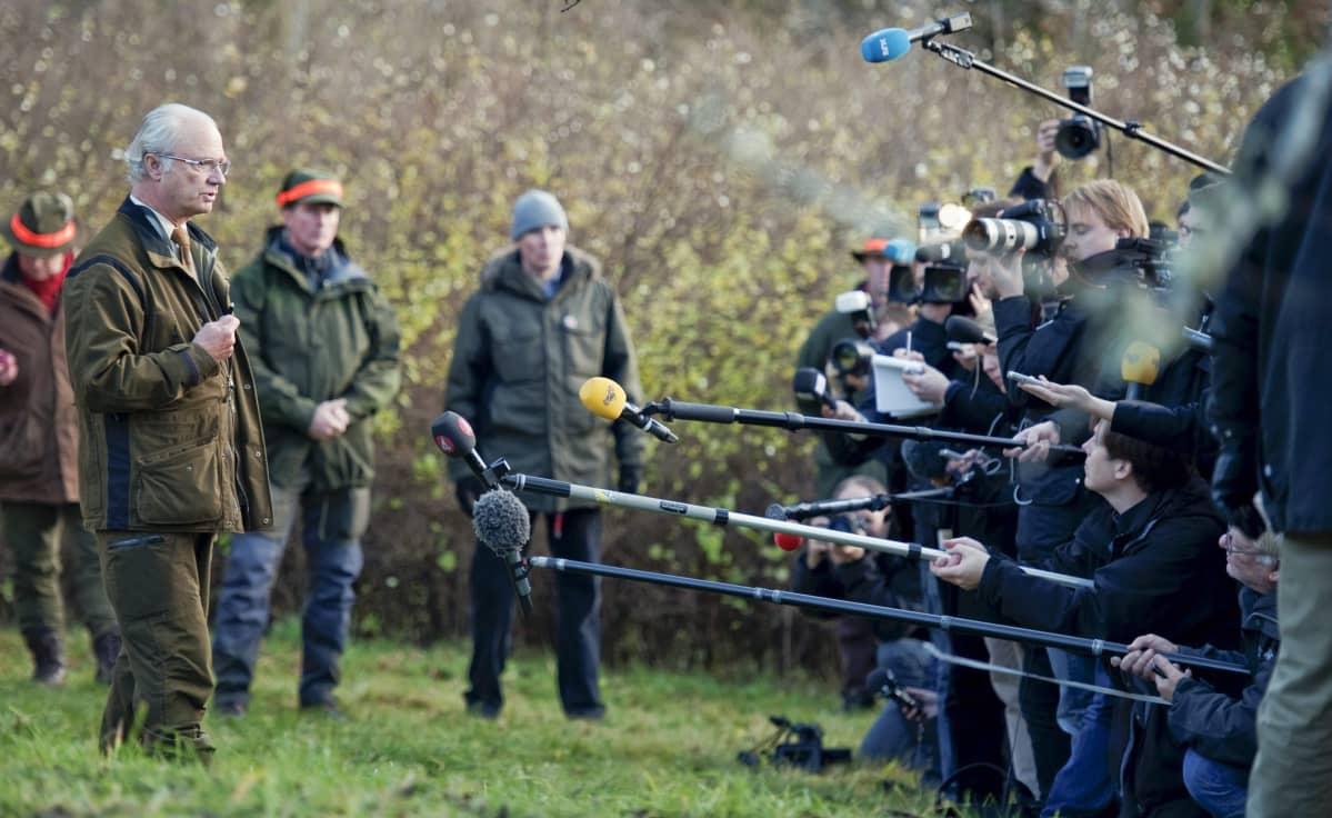 """Kuningas Kaarle XVI Kustaa Hunnebergin metsästysmajalla, missä hän kommentoi kohukirjaa """"Carl XVI Gustaf – Den motvillige monarken"""" lokakuussa 2010."""