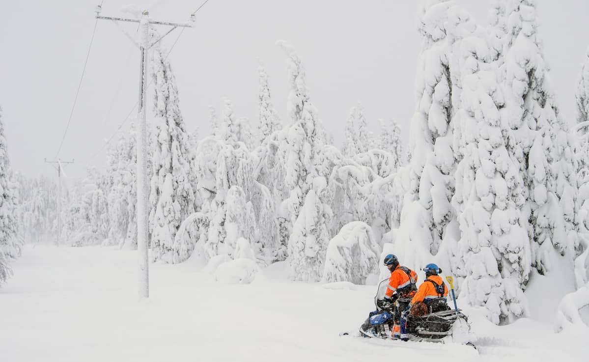 Jakeluverkkoasentajat matkalla sähkölinjan korjuutöihin Hyrynsalmen Kytömäessä perjantaina.