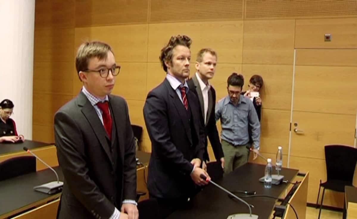 Taiteilija Jani Leinonen (toinen vasemmalta) oikeudenkäynnissä.