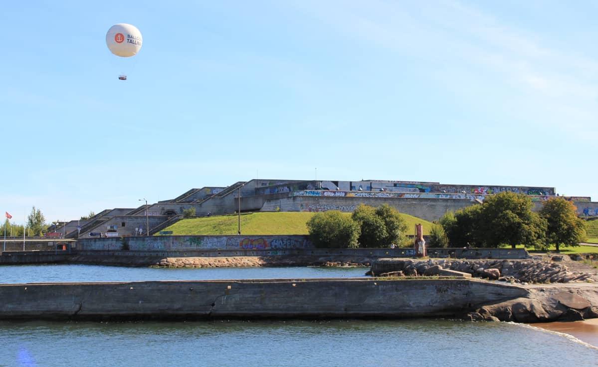 Tallinnan linnahalli sulautuu matalan ilmeensä ansiosta hyvin satama-alueelle.