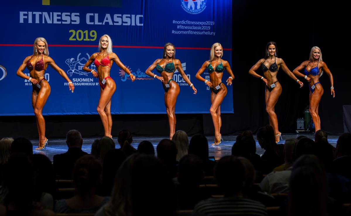 Bikini fitness -kilpailijat poseeraavat Helsingin Kulttuuritalon lavalla.