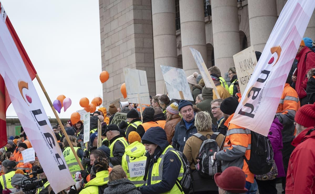 Postilaiset osoittavat mieltään eduskuntatalon rappusilla 21. marraskuuta.