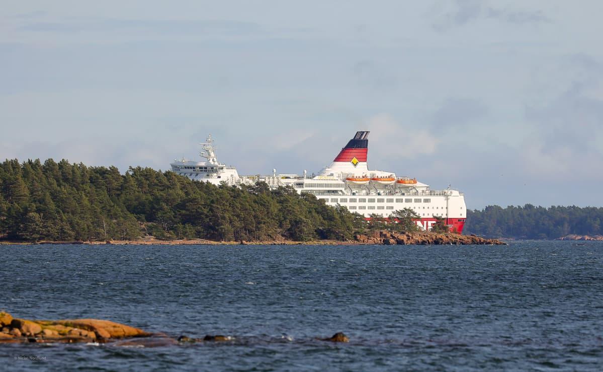 Viking Linen Amorella-laiva Långnäsin eteläpuolella Ahvenanmaalla