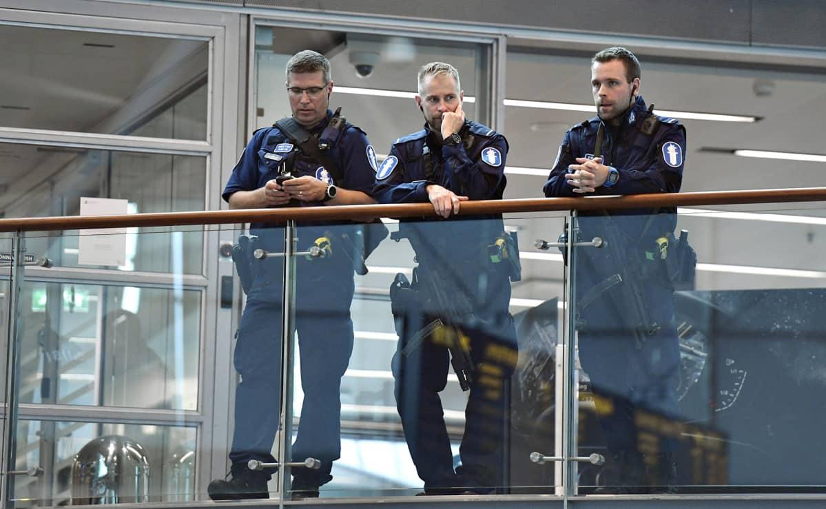 Aseistautuneita poliiseja Helsinki-Vantaan lentoasemalla perjantaina 18. elokuuta.