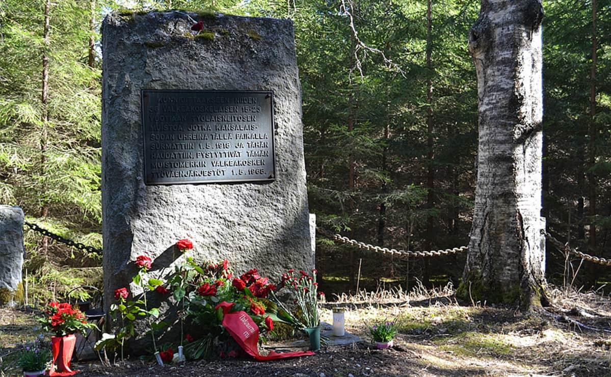 Muistomerkki ja kukkia