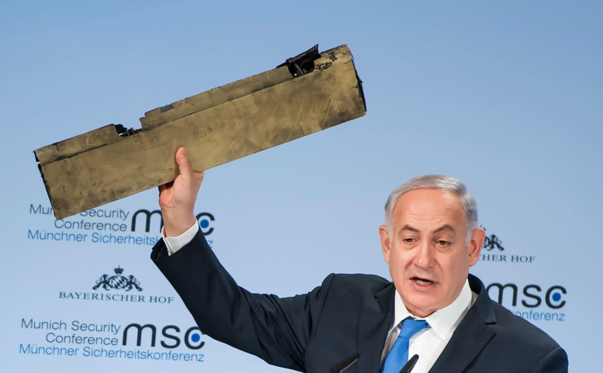 Benjamin Netanjahu pitää kädessään Iranilaisen Droonin kappaletta.