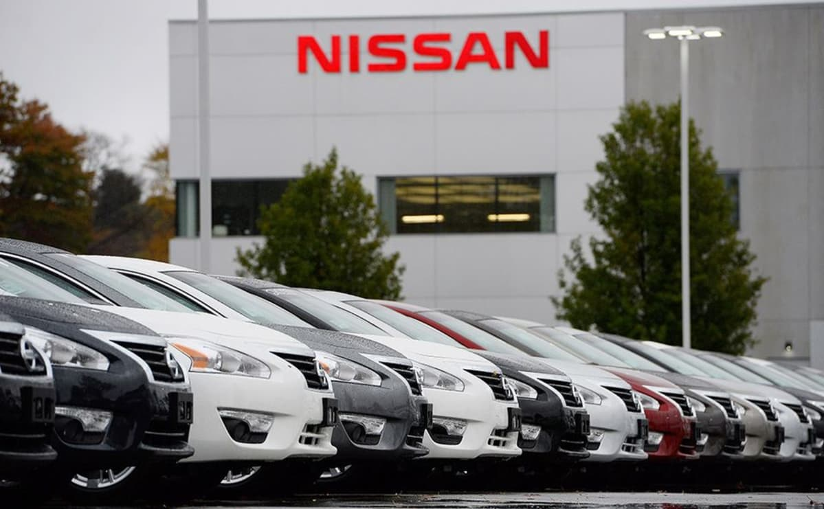 Nissan autoja rivissä.