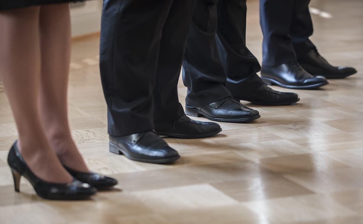 Pukumiesten kenkiä.