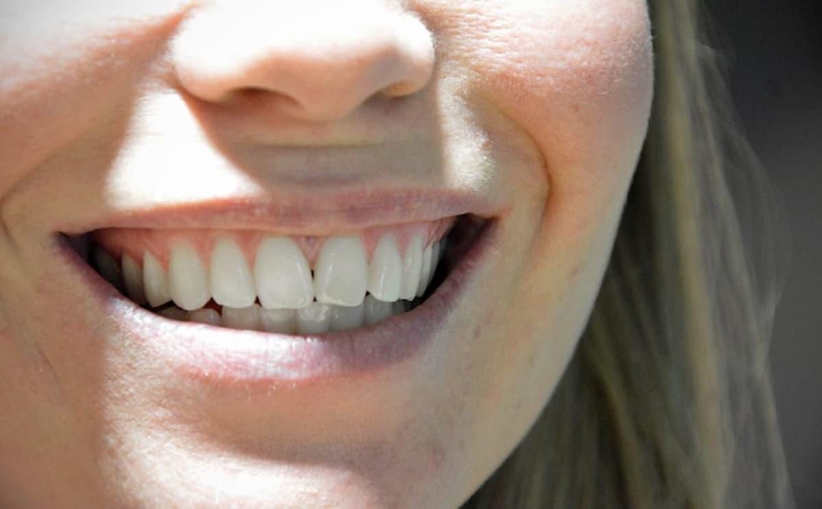 Nainen hymyilee.