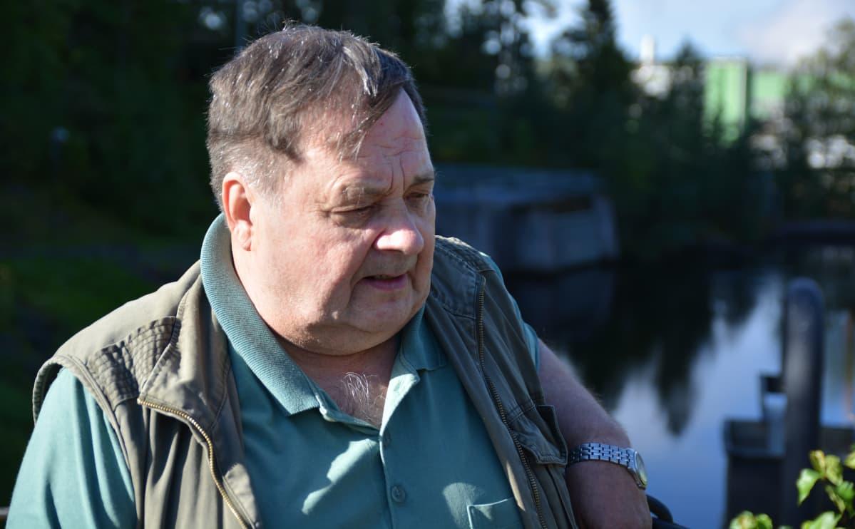 Aarno Jämsä istuu Metsä Board Kyron paperitehtaan edustalla