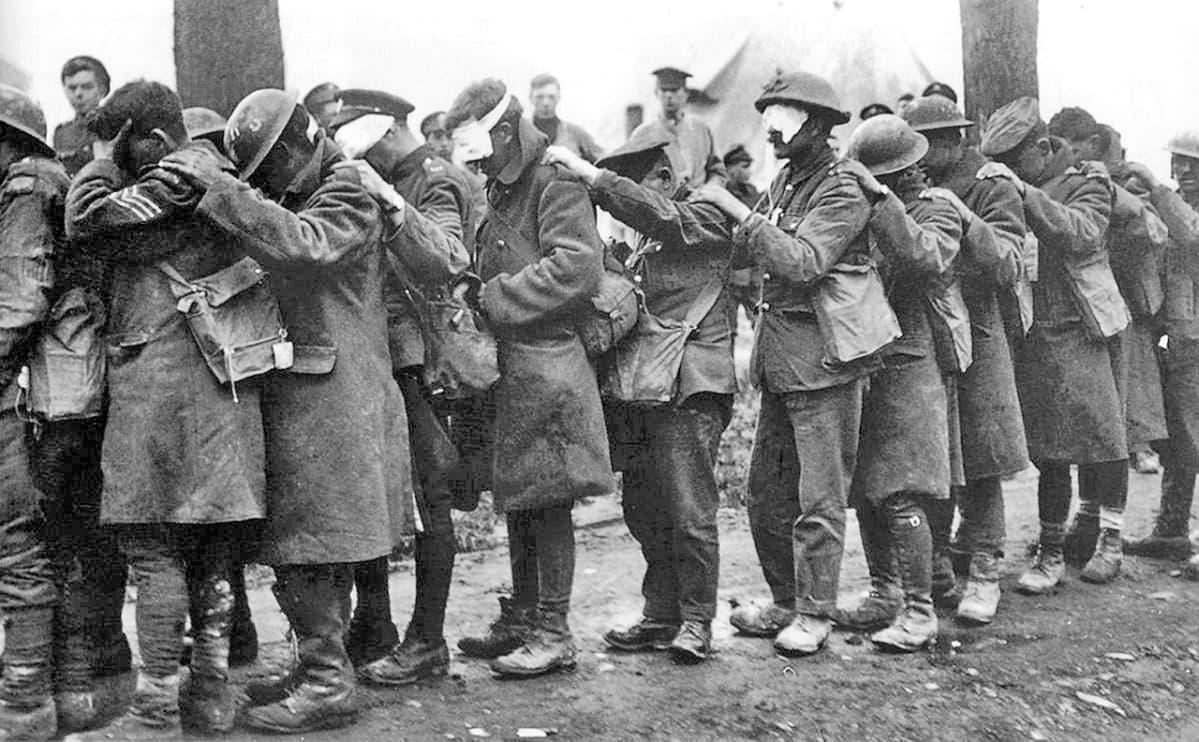 Kaasuiskussa sokeutuneita brittisotilaita 10. huhtikuuta 1918.