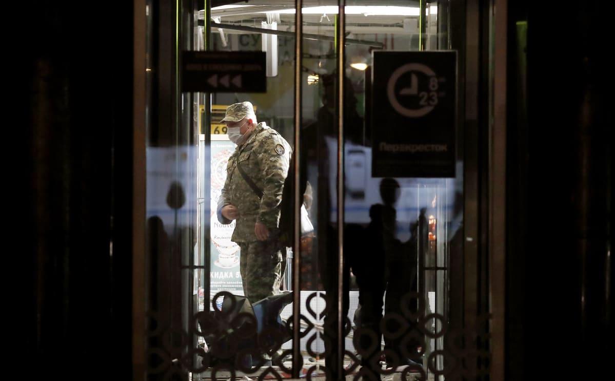 Poliisi tutkimassa räjähdyspaikkaa Pietarissa keskiviikkona.