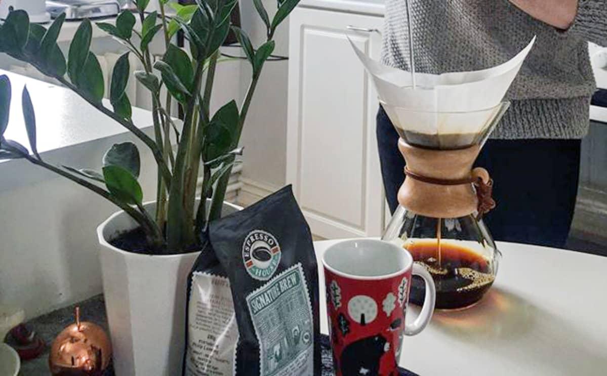Linus Tuomenvirta uuttaa kahvia.