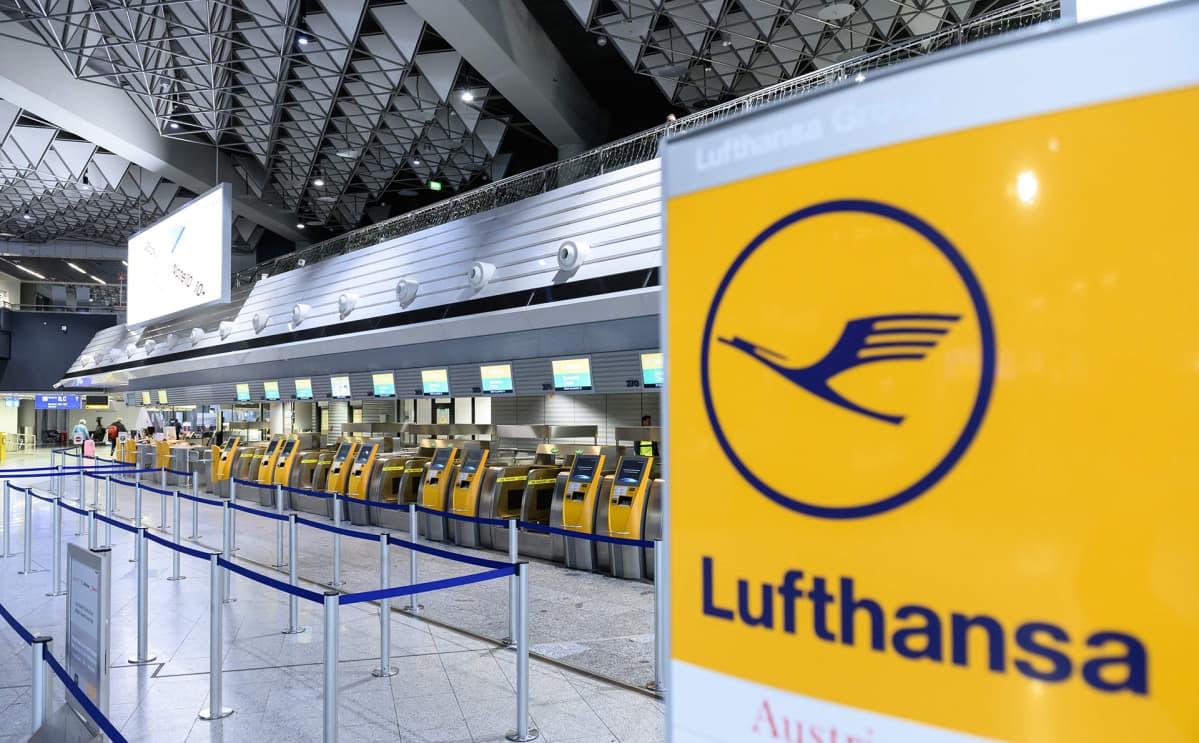 Lufthansan check-in pisteet tyhjillään Frankfurtin lentokentällä 7. maaliskuuta.