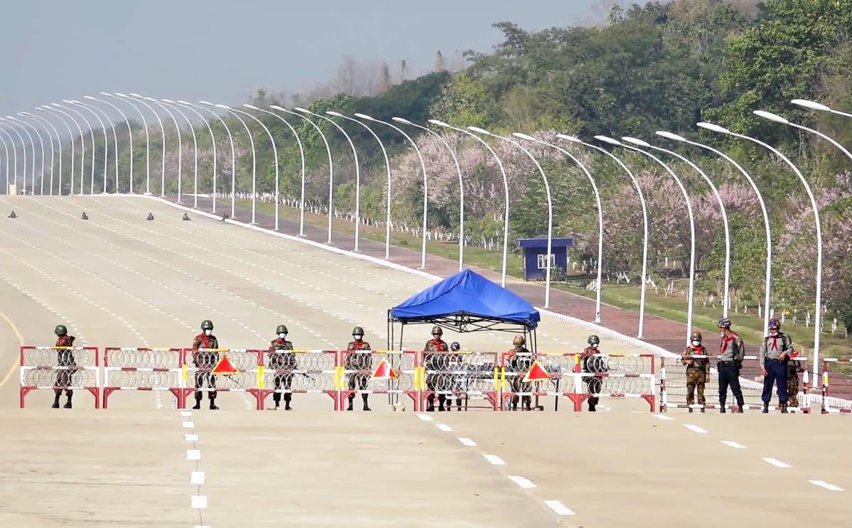 Sotilaat vartioivat tiesulkua Naypyidawissa.