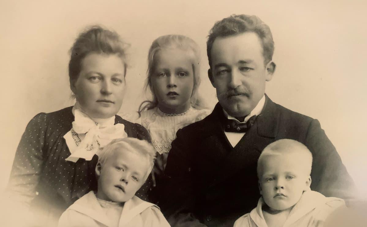 Takarivissä Ines Gullichsen, Ragni Gullichsen ja Alexander Gullichsen. Eturivissä Thorbjörn ja Rolf Gullichsen.
