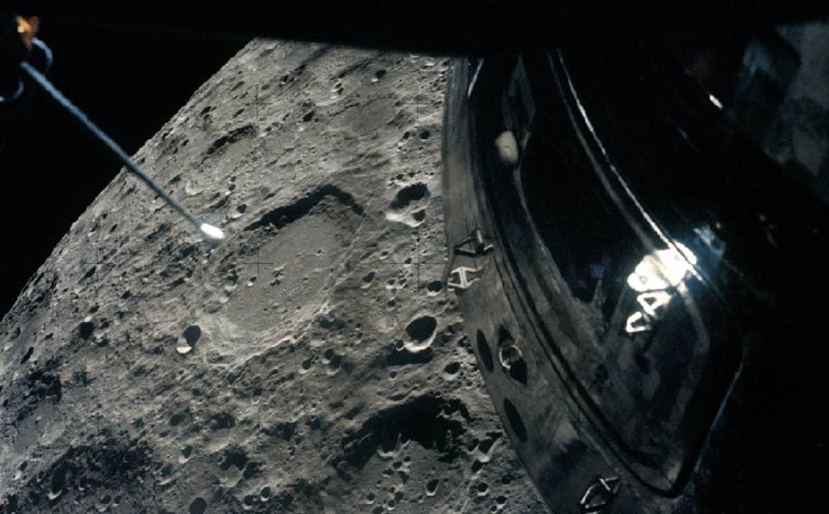 Kuun kraatterien täplittämää pintaa ja moduulin kylkeä ikkunasta katsottuna.