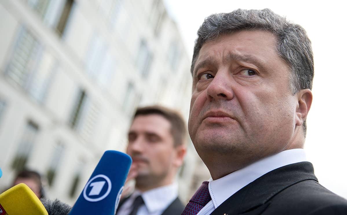 Petro Porošenko puhumassa toimittajille.