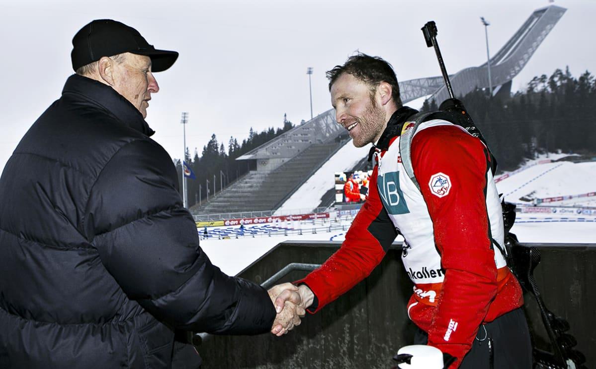 Kuningas Harald onnittelee Simon Ederiä Holmenkollenilla 2014.