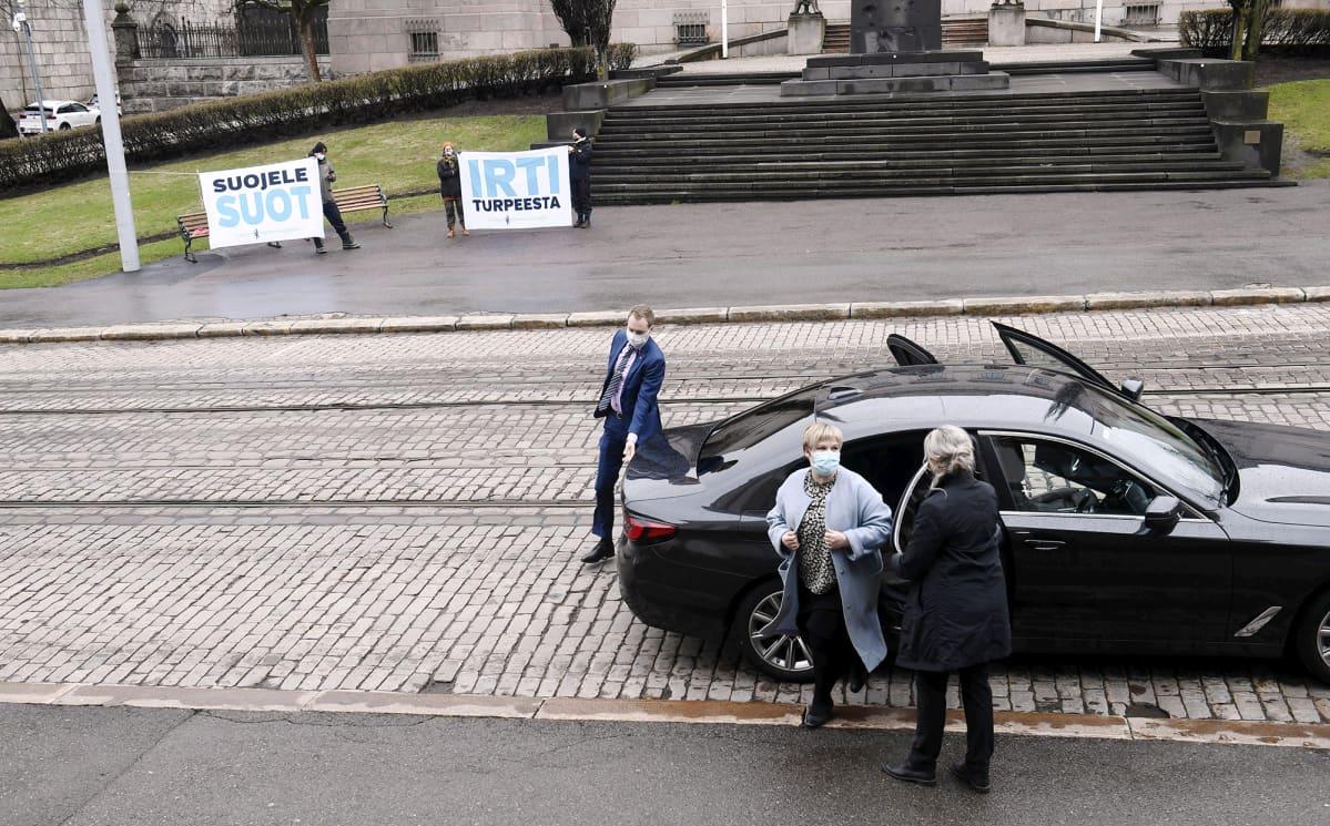 Annika Saarikko saapumassa hallituksen puoliväliriihen kolmannen päivän neuvotteluihin.