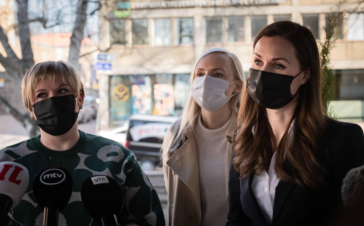 Annika Saarikko, Maria Ohisalo ja Sanna Marin Säätytalon portailla hallituksen puoliväliriihen alkaessa 21. huhtikuuta.