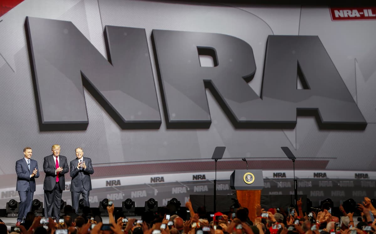 Chris Cox, Donald Trump ja Wayne LaPierre NRA:n kokouksessa Atlantassa.