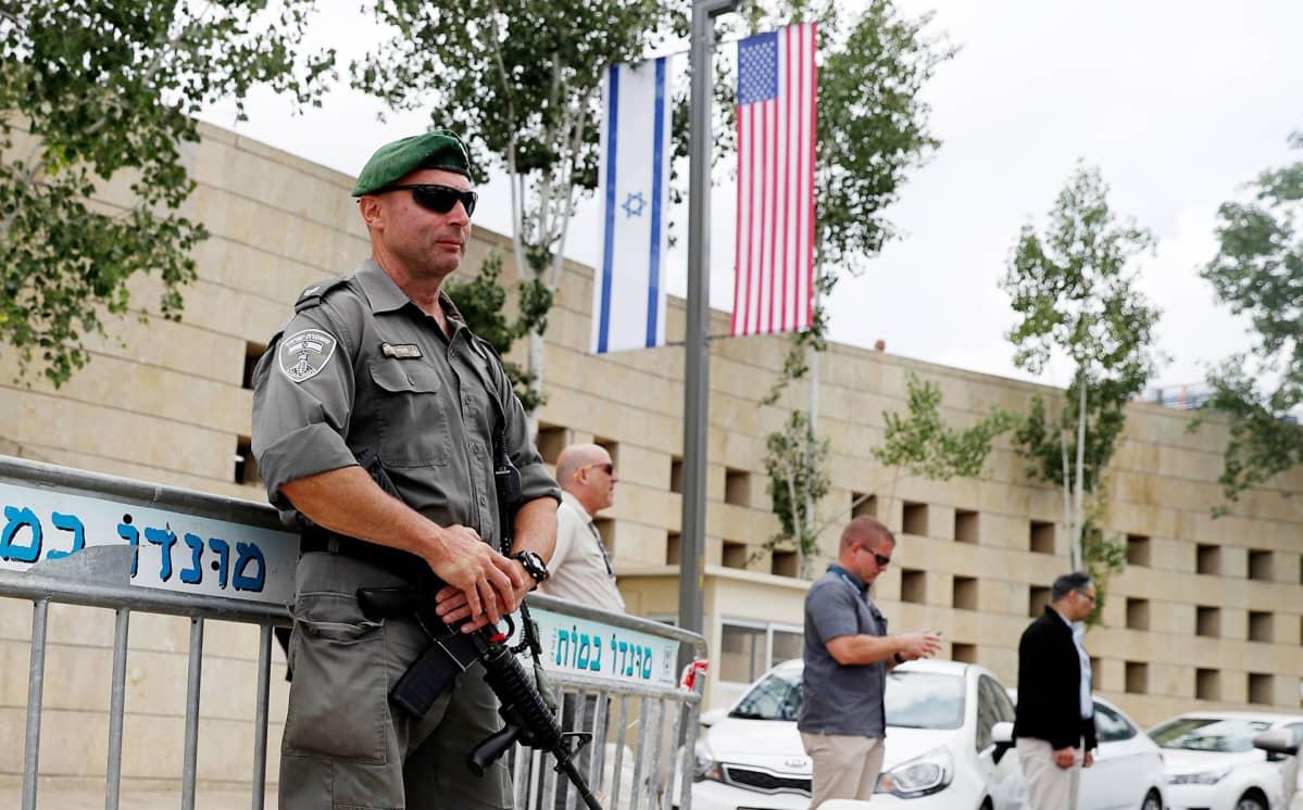 Israelin turvallisuusjoukkojen sotilas USA:n konsulaatin edessä Jerusalemissa 13. toukokuuta.