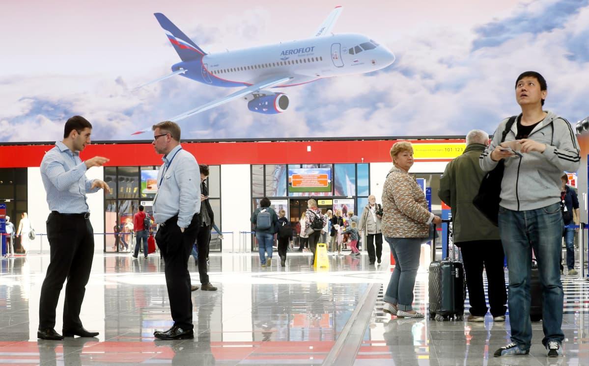 Ihmisiä lentokenttäterminaalissa