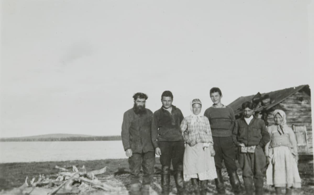 Kolttia sekä kaksi suomalaista asevelvollista Petsamon Suonikylässä elokuussa 1931.
