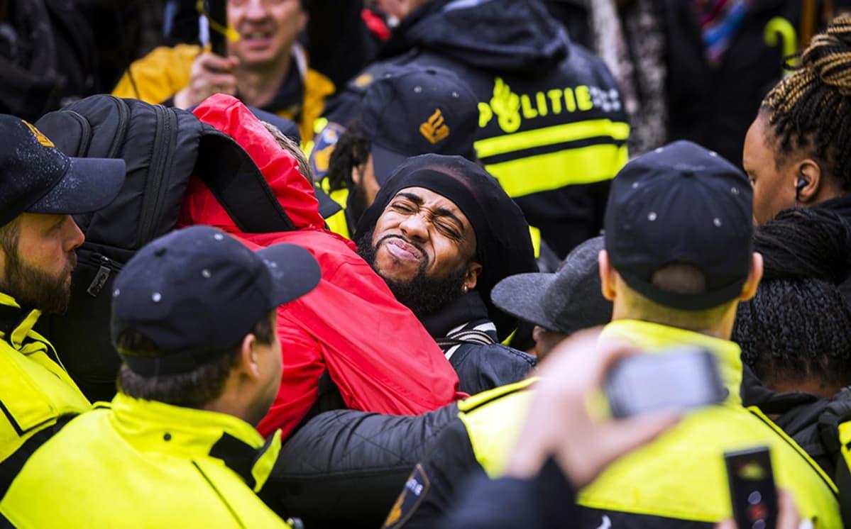 Mielenosoittajat ja poliisi ottivat yhteen Goudassa, Hollannissa 15. marraskuuta.