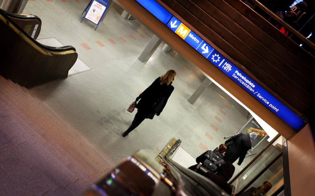 Janita Salmensuo kävelee Helsingin rautatieasemalta työpaikalleen Stockmannille tunnelin kautta.