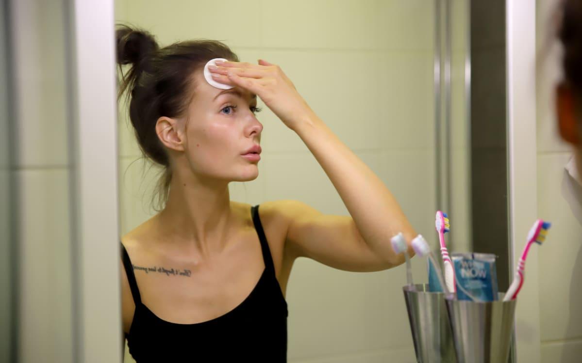 Emmi Suuronen puhdistaa meikkiä kasvoiltaan.