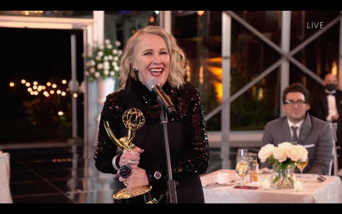 Catherine O'Hara vastaanottaa Emmy-palkinnon.