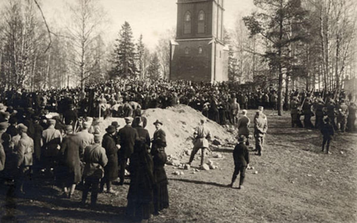 Lappeenranta,  Keskuspuisto, sankarihautajaiset 1918; hautakumpu Lappeen kirkon tapulin edessä, väkeä haudalla