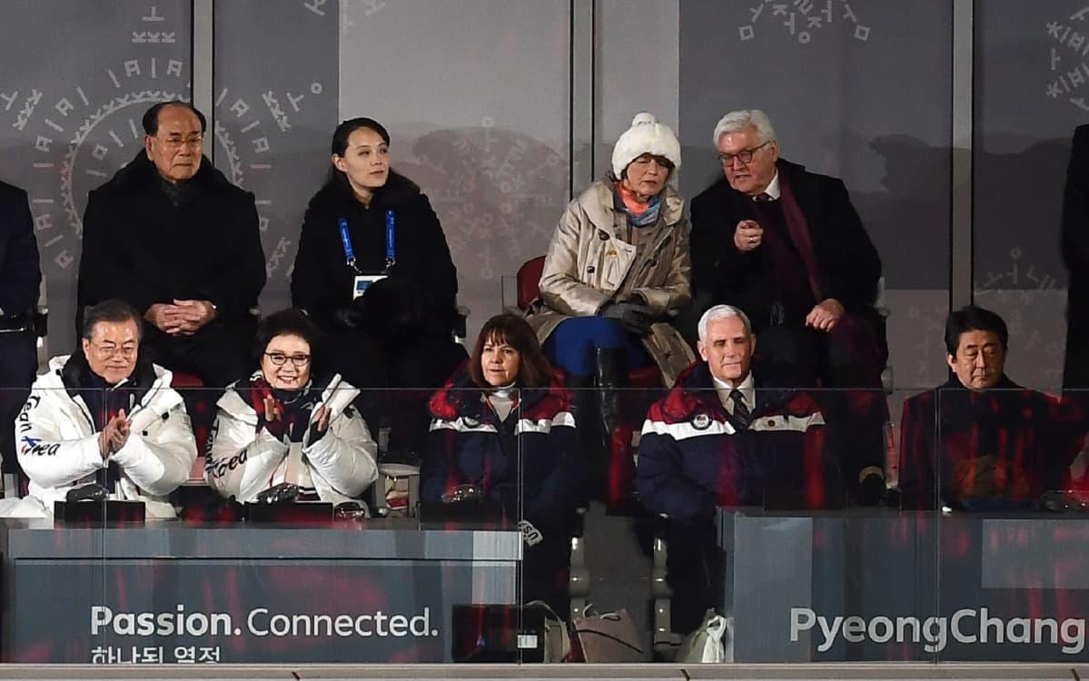 Olympialaisten avajaisseremoniassa Yhdysvallat ja Pohjois-Korea istuivat kahden penkin päässä toisistaan.