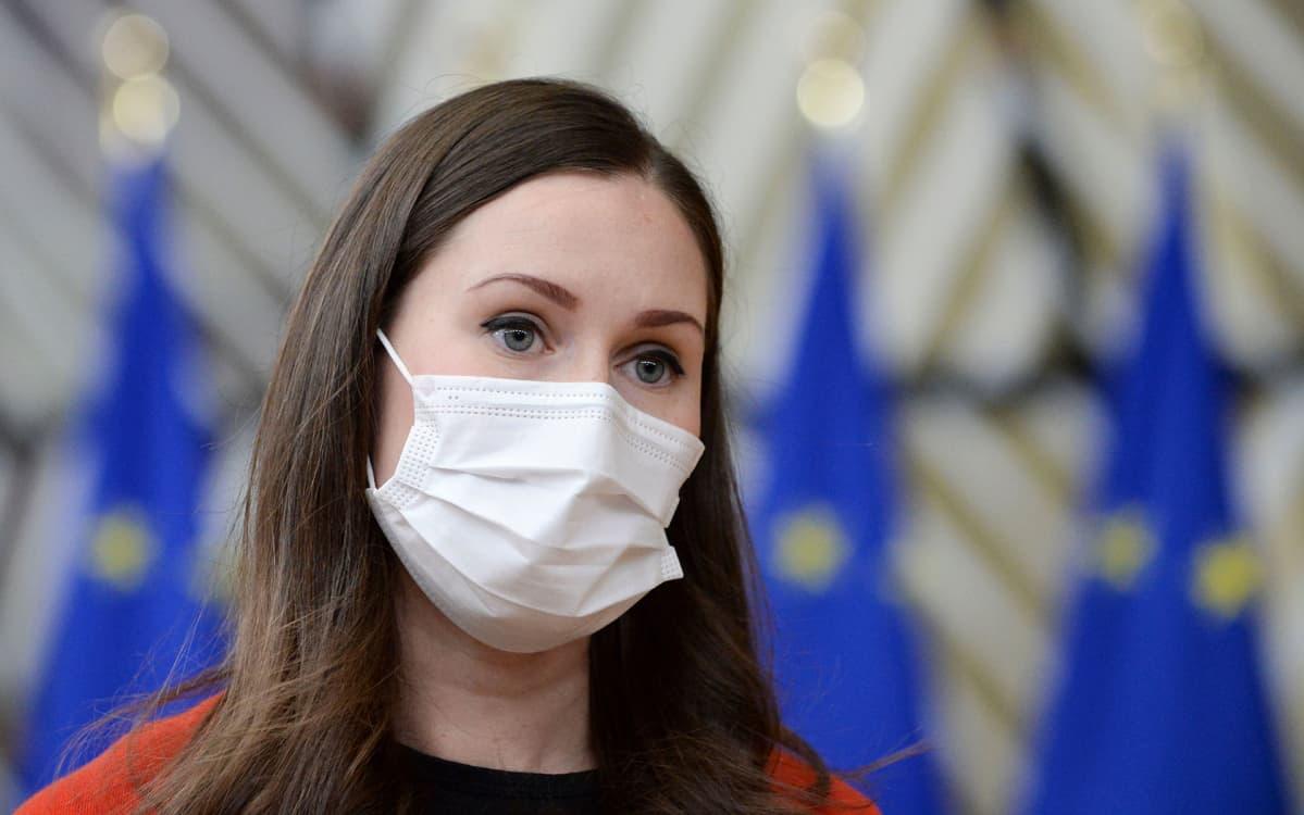 Sanna Marin kasvomaskilla suojautuneena Brysselissä.