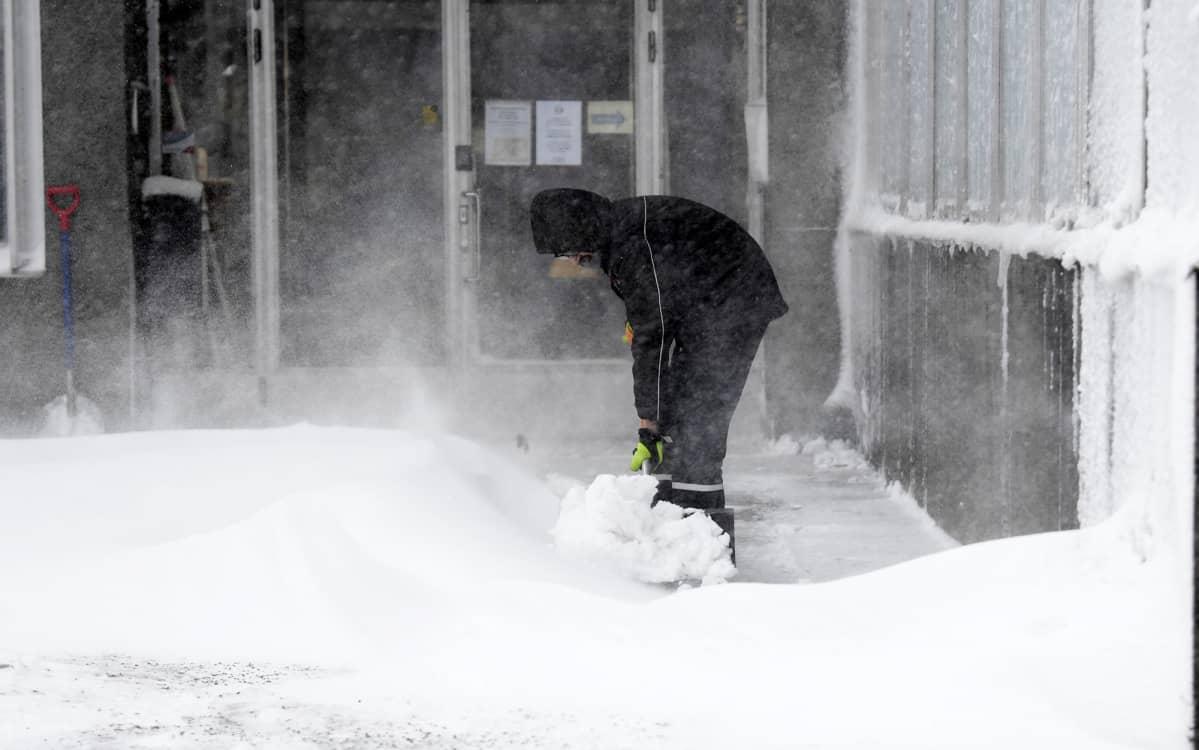 Kallion virastotalon edustalla Helsingissä tehtiin lumitöitä.