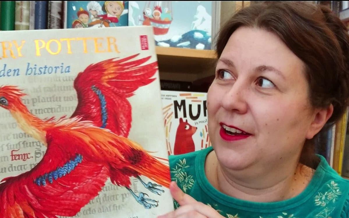 Tammen kustantaja Saara Tiuraniemi uuden Harry Potter: Taikuuden historia kirjan kanssa.