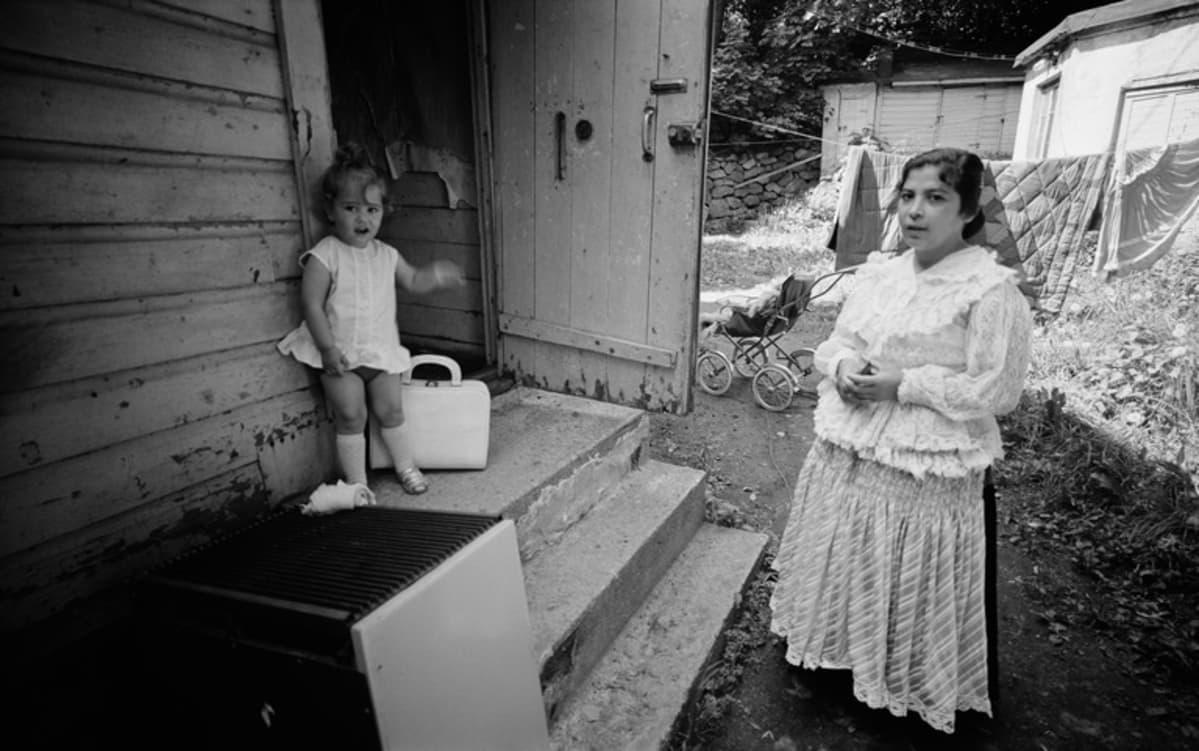Lapsi ja nainen Pasilassa Hertankatu 3:n portailla kesäkuussa 1971.