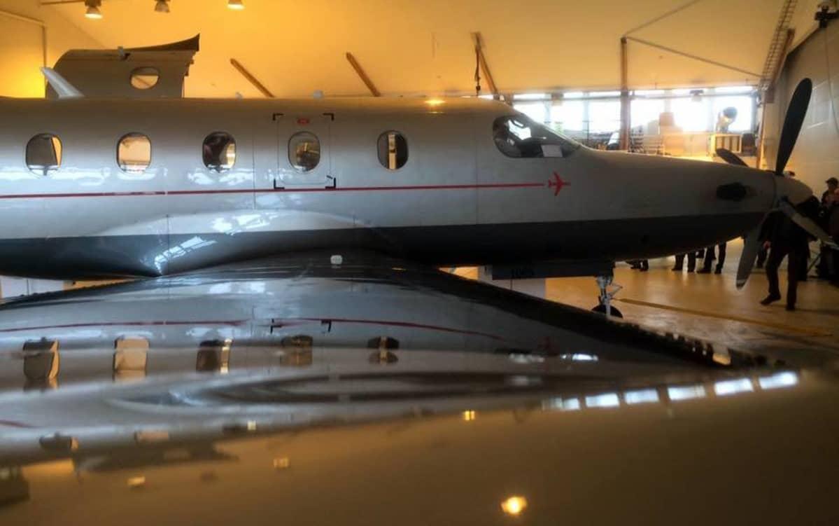Kahdeksanpaikkainen kone lentoaseman hallissa.