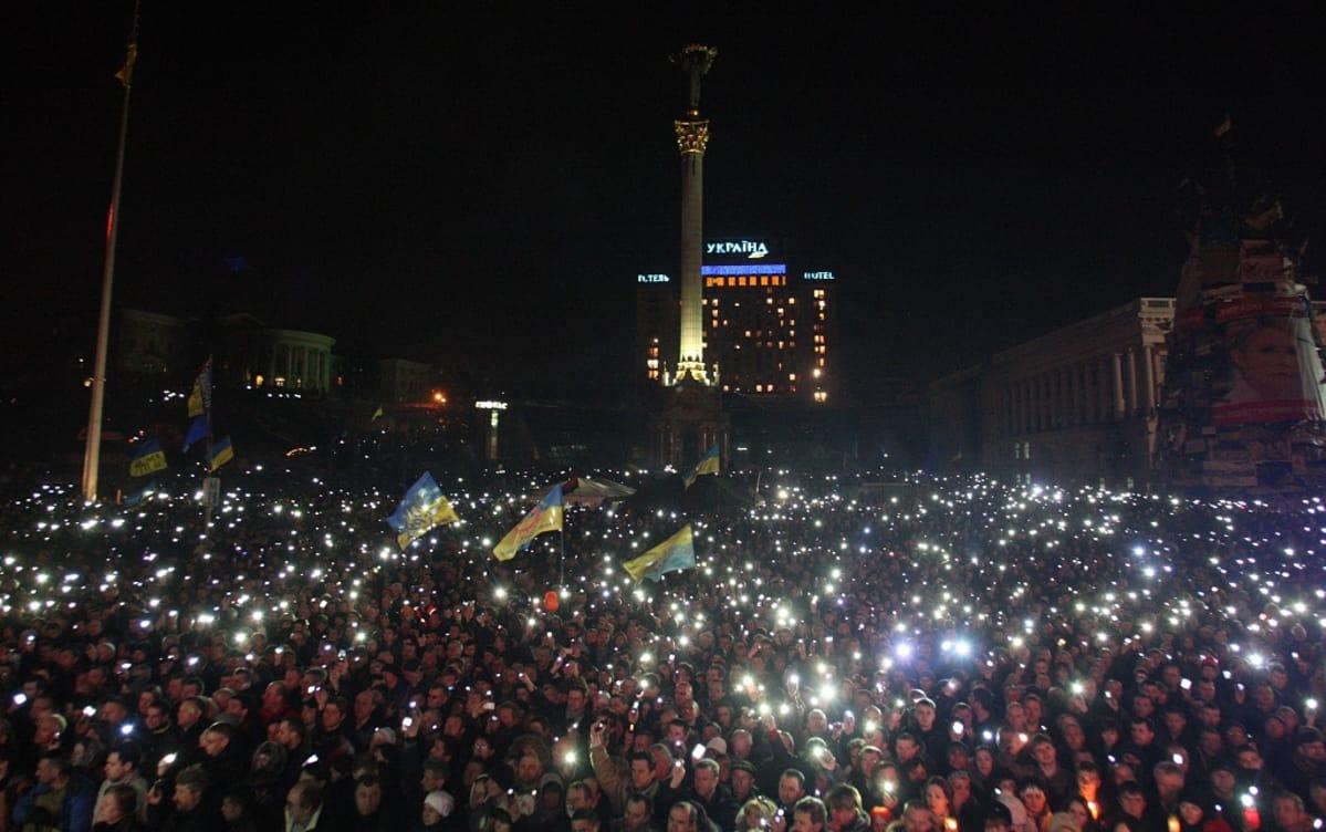 Valtava mielenosoittajajoukko Kiovassa Itsenäisyydenaukiolla.