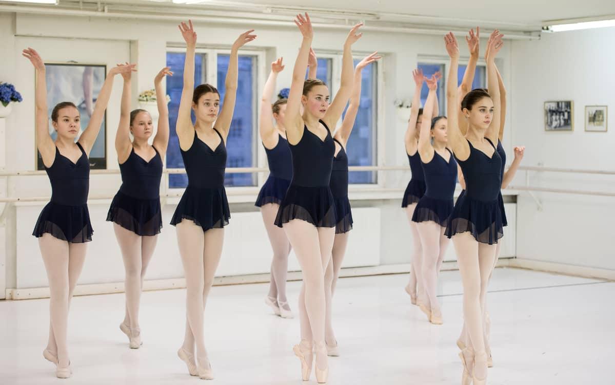 12–15-vuotiaat balleriinat harjoittelevat Kokkolan balettiopistolla.