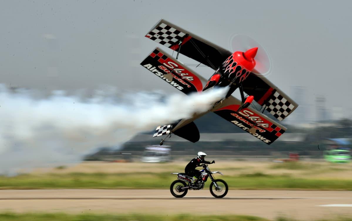 11. Air Sports -kulttuuri- ja matkailufestivaalien avajaispäivänä nähtiin mm. taitolentokoneen ja moottoripyörän yhteisnäytös.